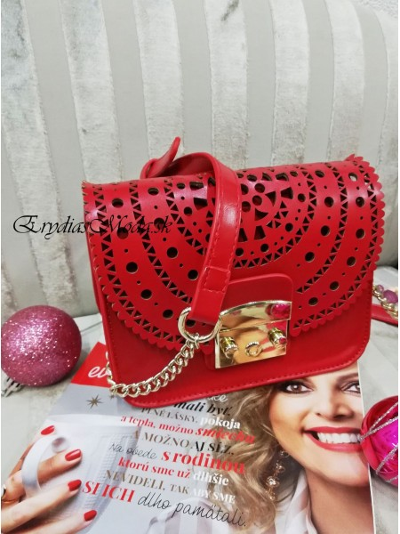 Červená vyrezávaná kabelka 8490